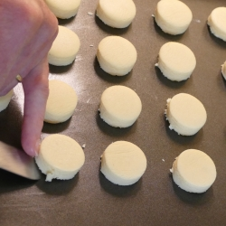 Round shortbread placing